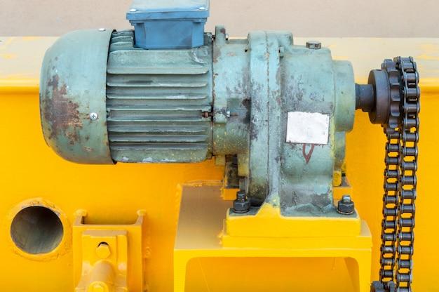 Teile eines brückenkrans bereit zum einbau in die industrieanlage.