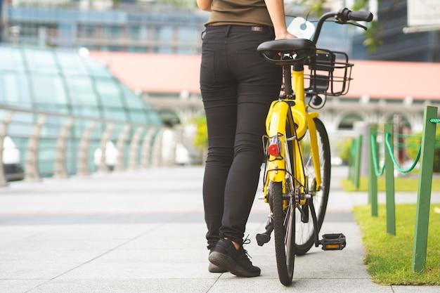 Teilen sie ihr fahrrad in der stadt, indem sie den qr-code scannen und fahren
