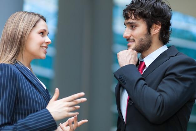 Teilhaber, die zusammen im freien sich besprechen