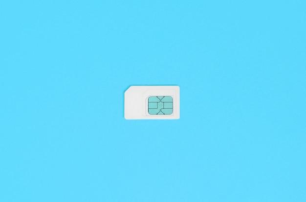 Teilnehmeridentitätsmodul. weiße sim-karte auf blau