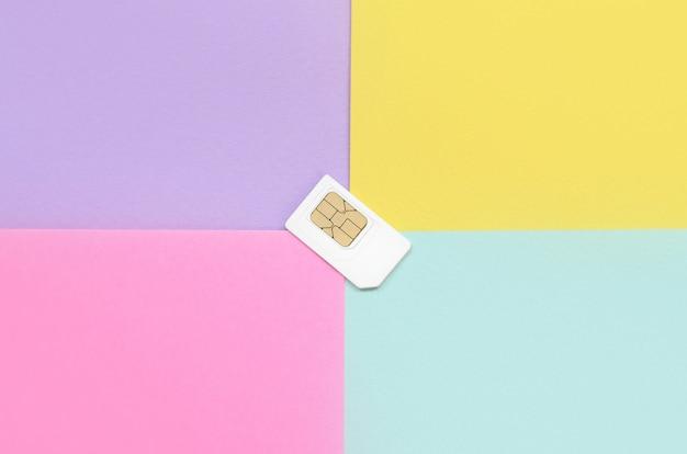 Teilnehmeridentitätsmodul. weiße sim-karte auf pastellhintergrund