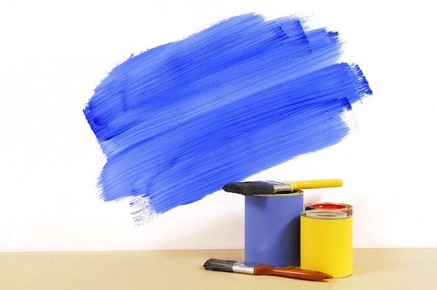 Teilweise bemalte wand mit farbe und pinseln