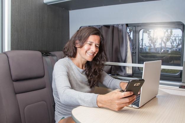 Telearbeit für frauen in einem wohnmobil oder wohnmobil als büro