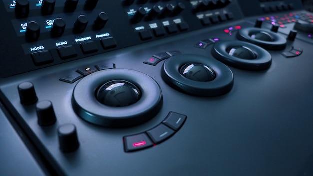 Telecine-farbkorrektur-steuerungsmaschine für filmregisseure bearbeiten oder anpassen der farbe in digitalen videofilmen
