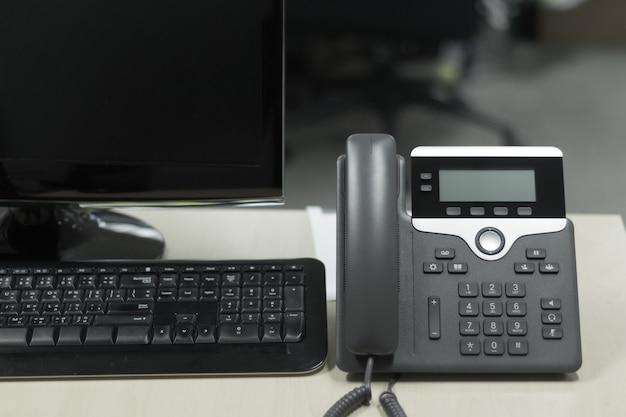 Telefon auf schreibtisch im büro für kommunikationskonzept