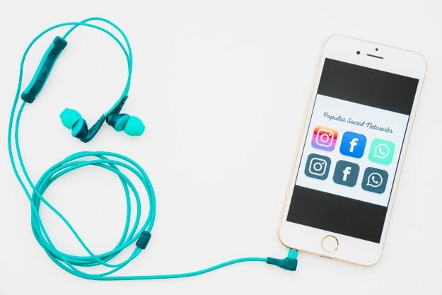 Telefon mit den beliebtesten apps und kopfhörern