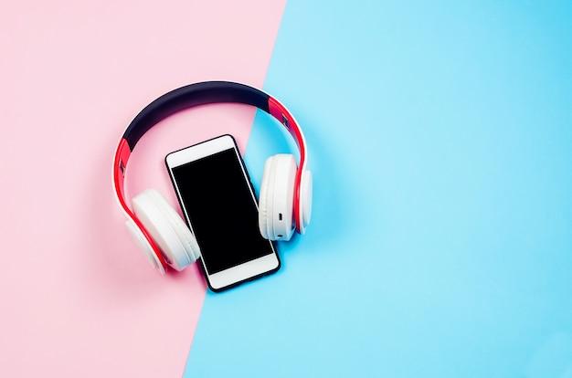 Telefon mit kopfhörern und telefon als hörbuchkonzept