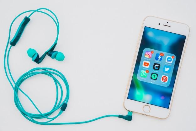 Telefon mit verschiedenen apps und kopfhörern