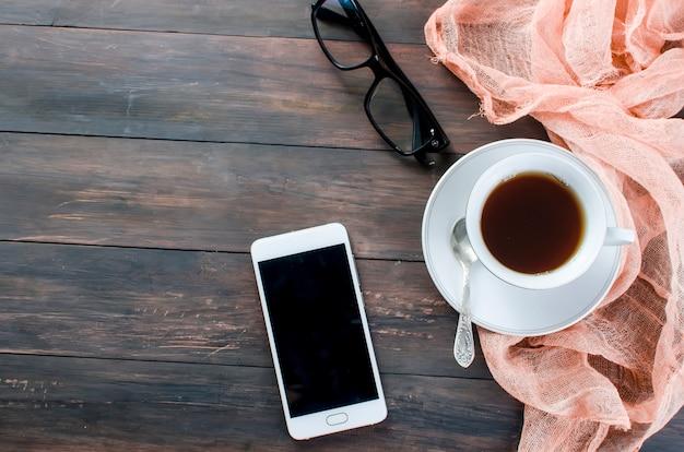 Telefon und eine tasse kaffee