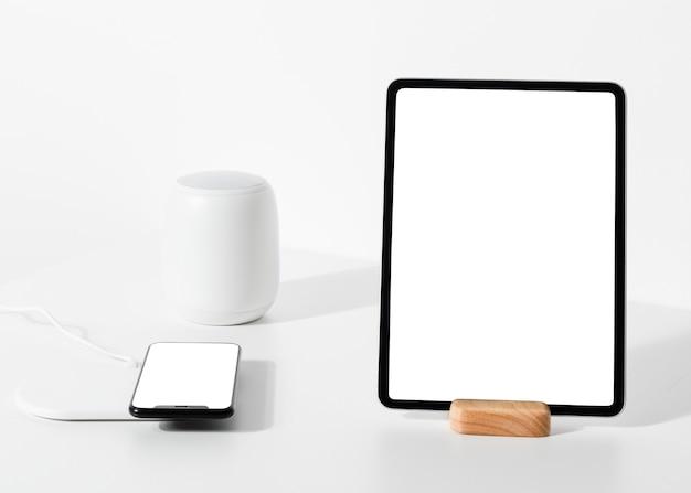 Telefon und tablet mit innovativer technologie für intelligente lautsprecher