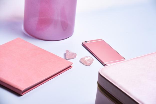 Telefon, vase, notizblock und schminktaschenrand im rosa stil. banner. konzept von mode und schönheit, modern, stilvoll. flache lage, draufsicht. kreatives konzept für blog im shop-stil