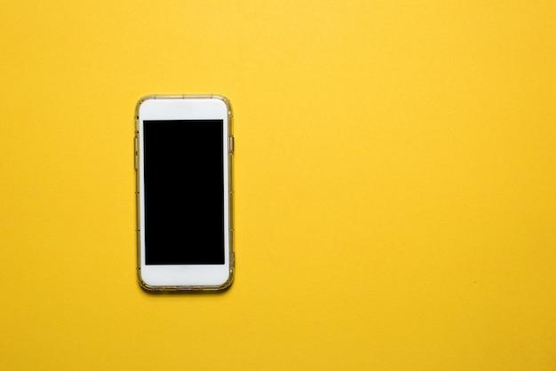 Telefone, kommunikationsgeräte platziert auf einem gelben hintergrund technologiekonzept mit textfreiraum