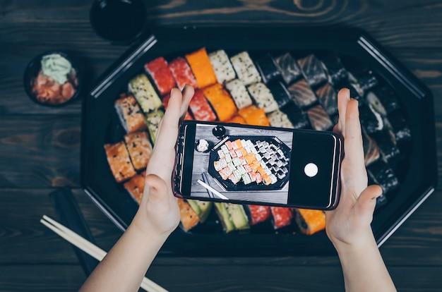 Telefonfotografie. bild von gerichten von oben. sushi-platte.