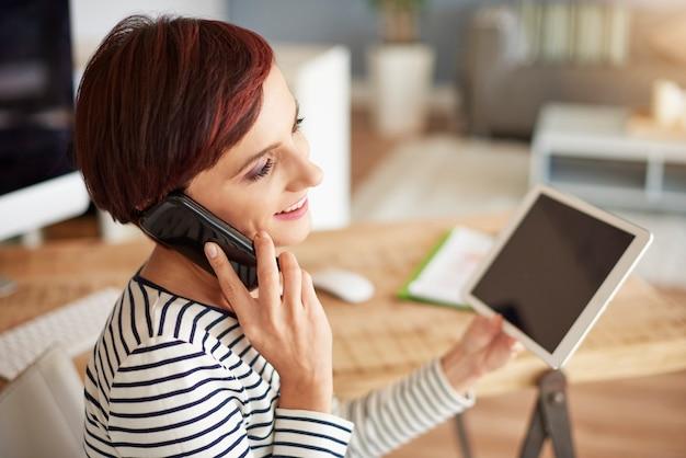 Telefonieren und digitales tablet halten