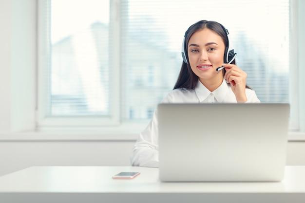 Telefonistin im headset am arbeitsplatz unterstützen