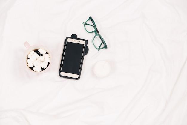 Telefonkaffeebrilleminimal flach liegenweißer hintergrunddraufsichtmock-up