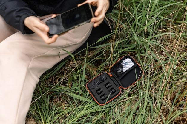 Telefonobjektive für die fotografie. frau mit handy-kamera-set mit linsen.