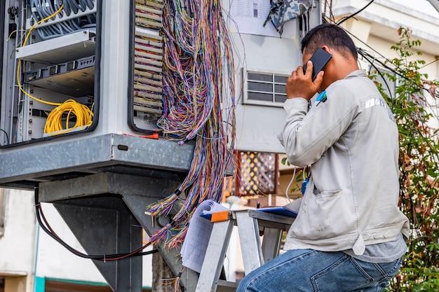 Telefontechniker überprüft das koaxialkabel
