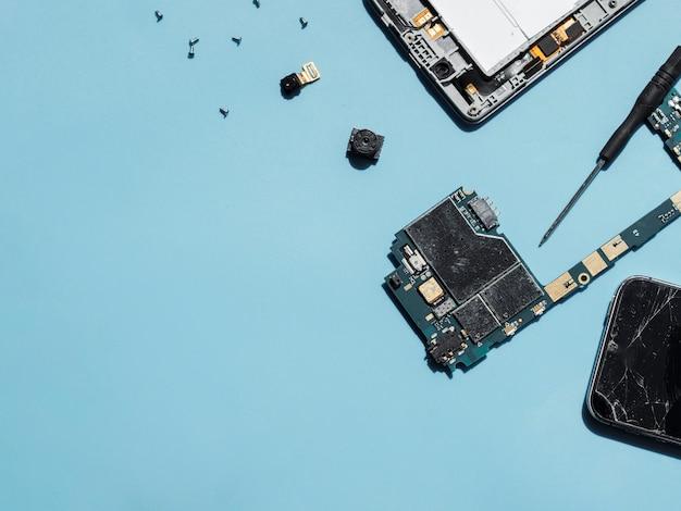 Telefonteile auf blauem hintergrund