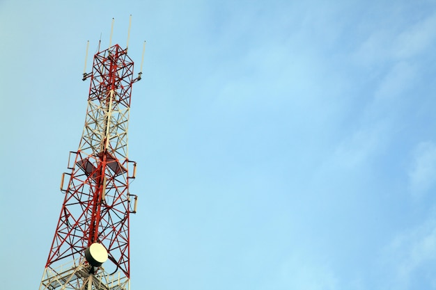 Telekommunikations-radioantennenmast mit blauem himmel