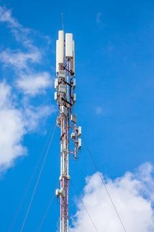 Telekommunikationsausrüstung - gerichtete antennenschalen für mobiltelefone. kabellose kommunikation. moderne technologie der informationsübertragung