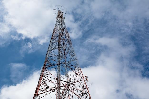 Telekommunikationsmast fernsehantennen drahtlose technologie unter blauem himmel mit wolke