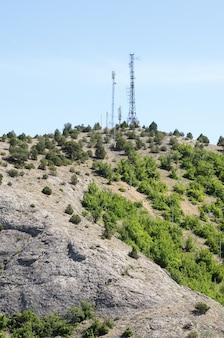 Telekommunikationstürme mit antennen auf dem berg. russland, die republik krim