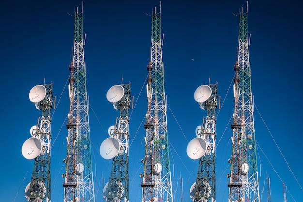 Telekommunikationsturm antenne auf hintergrund des blauen himmels