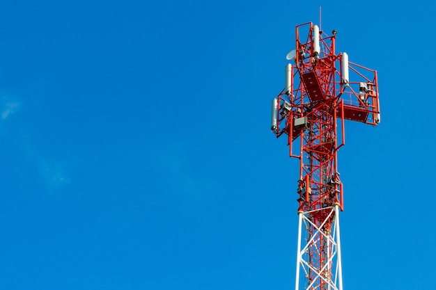 Telekommunikationsturm auf einem blauen himmelhintergrund mit copyspace