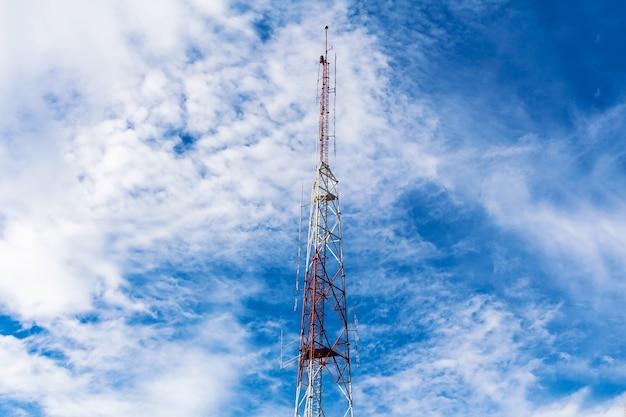 Telekommunikationsturm auf hintergrund des blauen himmels