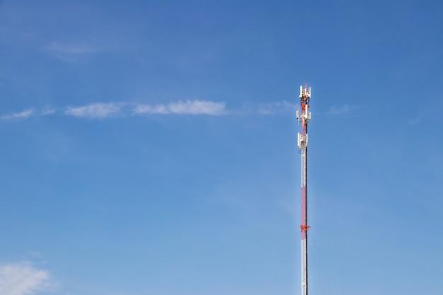 Telekommunikationsturm mit blauem himmel und weißen wolken, satellitenpfostenkommunikationstechnologie.