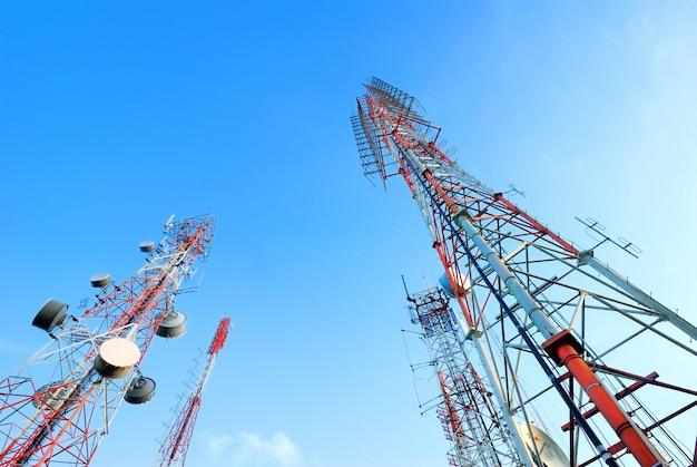 Telekommunikationsturm mit einem sonnenlicht. wird zur übertragung von fernsehsignalen verwendet.