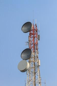 Telekommunikationsturm mit schönem himmelhintergrund, antennen von zellulären systemen