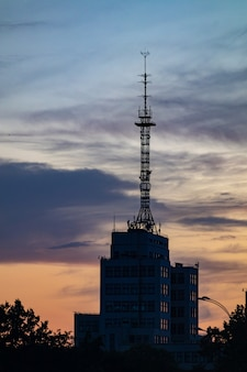 Telekommunikationsturmstation bei sonnenuntergang