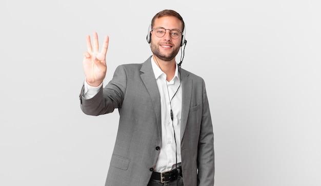 Telemarketer geschäftsmann lächelt und sieht freundlich aus und zeigt nummer drei