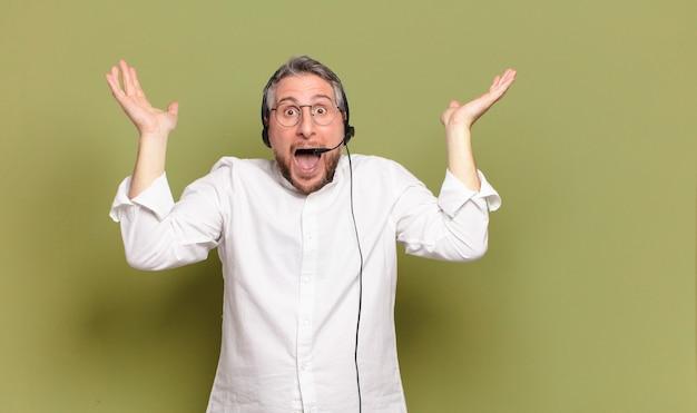 Telemarketer-konzept für mann mittleren alters