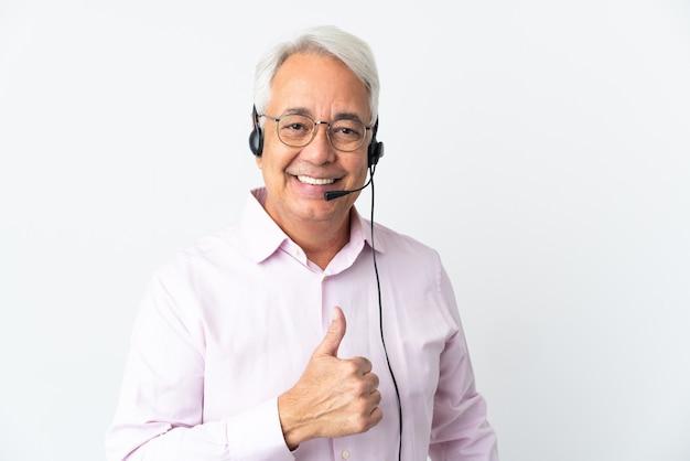 Telemarketer mann mittleren alters, der mit einem auf weißem hintergrund isolierten headset arbeitet und eine geste mit dem daumen nach oben gibt up