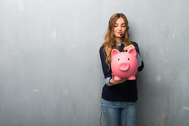 Telemarketerfrau, die ein sparschwein nimmt und glücklich ist, weil es voll ist