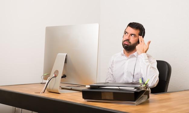 Telemarketermann in einem büro mit problemen, die selbstmordgeste machen