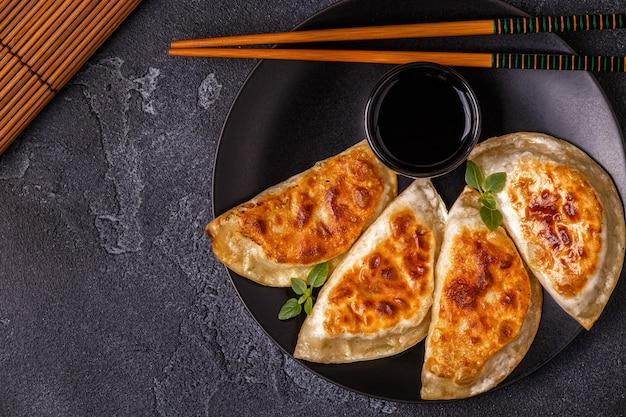Teller mit asiatischer gyoza, knödelsnack mit sojasauce