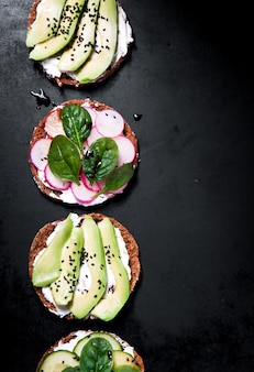 Teller mit avocado und radieschenscheiben