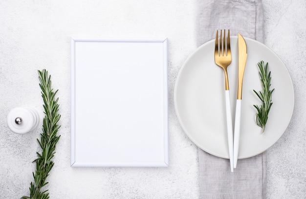 Teller mit besteck und rahmen