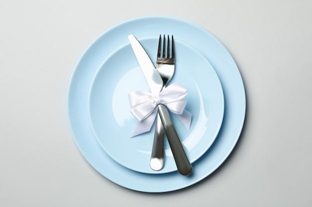 Teller mit besteck und schleife