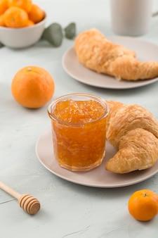 Teller mit croissant und hausgemachter bio-marmelade
