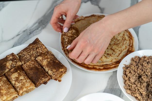 Teller mit fleischfüllung für geröstete pfannkuchen und teller mit pfannkuchen