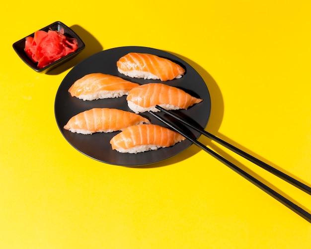 Teller mit frischen sushi-rollen auf dem schreibtisch
