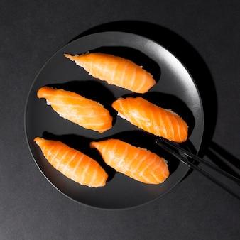 Teller mit frischer auswahl an sushi-rollen
