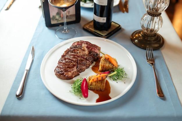 Teller mit gegrilltem rindfleisch-ribeye-steak und kartoffeln