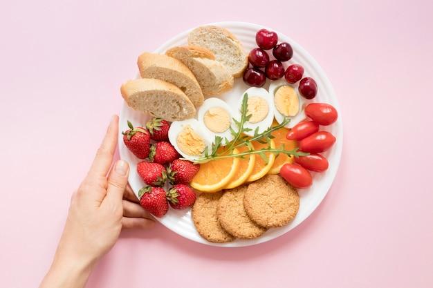 Teller mit gemüse und obst zum frühstück