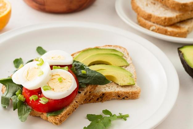 Teller mit gesundem sandwich